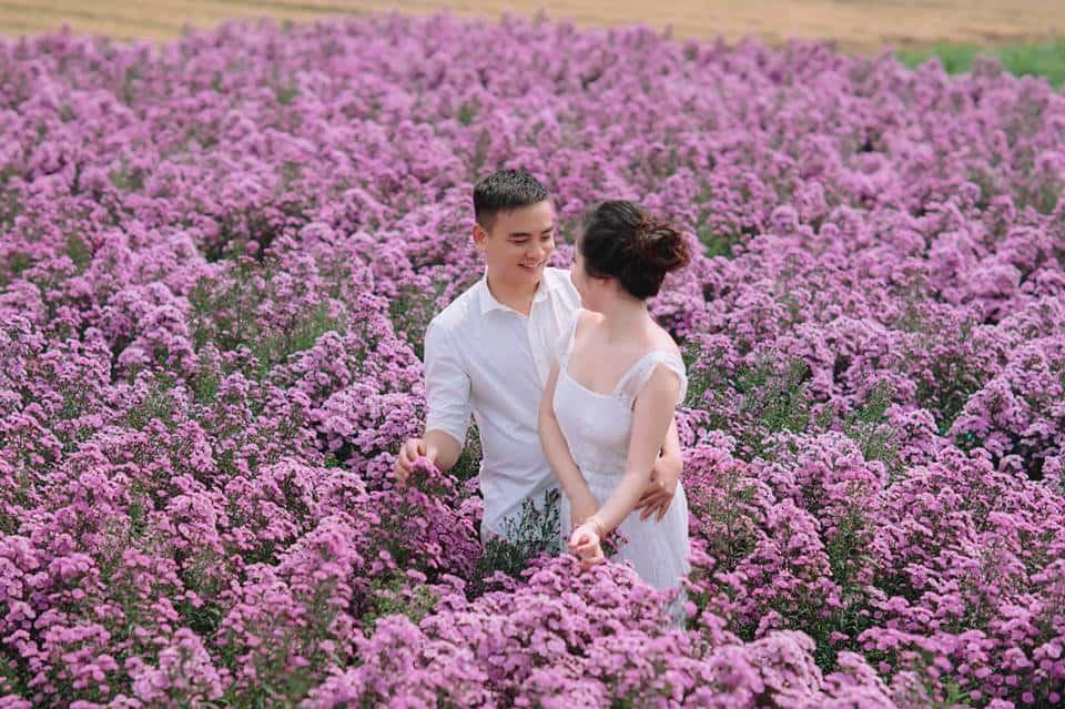 """Nắm tay nhau mình băng qua cánh đồng hoa """"ngọt lịm"""" cùng lưu lại khoảnh khắc tuyệt đẹp của chúng ta"""