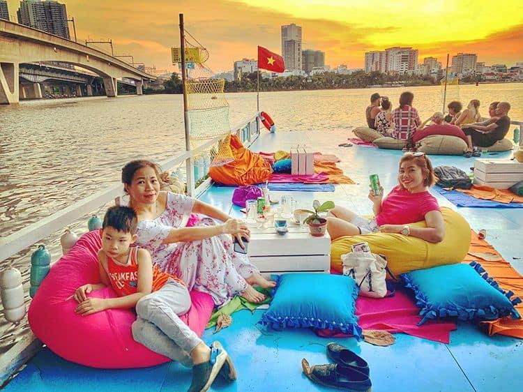 Uống cà phê trên sông ngắm cảnh đẹp Sài Gòn trong chiều lộng gió - Ảnh Duyen.moi