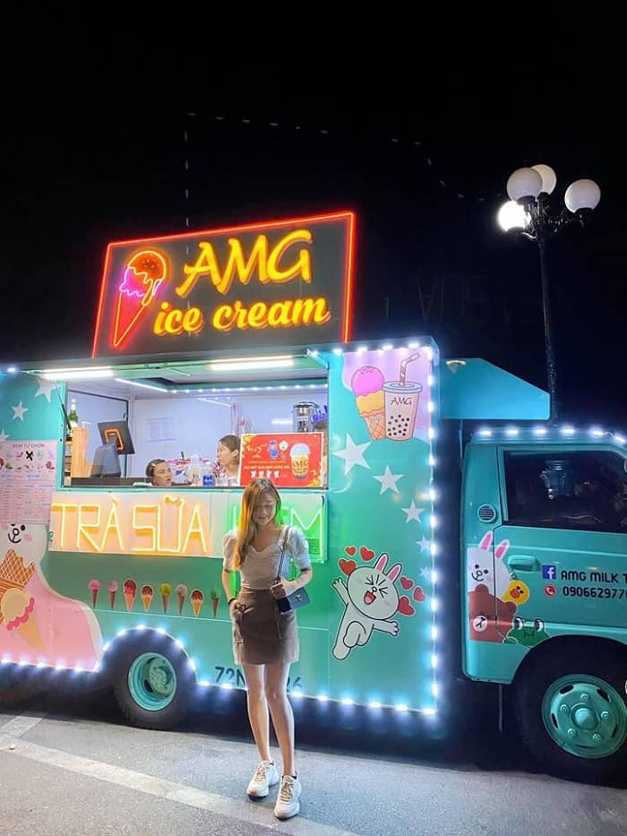 """Người yêu ơi em muốn uống """"Tà tữa"""" - Màn đêm dần buông xe kem cũng được dịp lên đèn lung linh rực trỡ"""