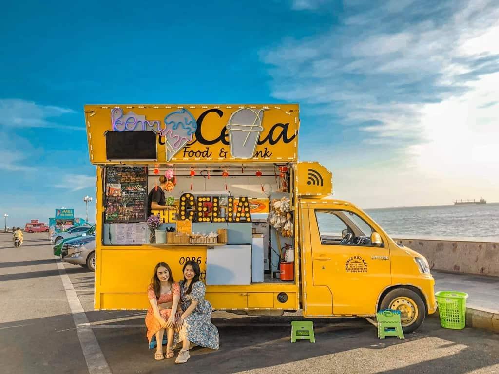Chiếc xe vàng rực rỡ giữa con đường ven biển. Hình: Facebook The Célia