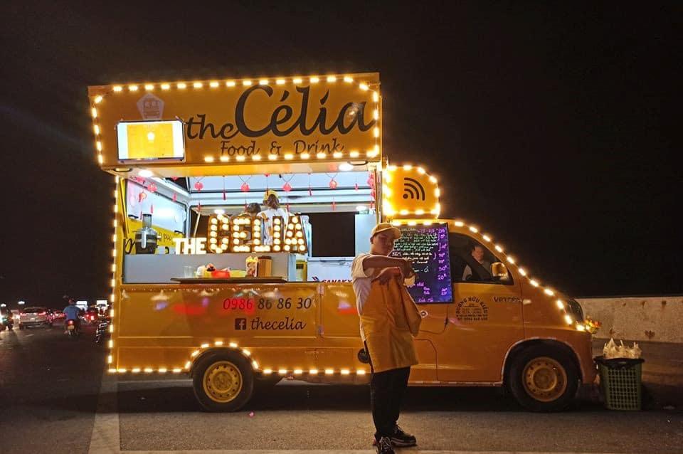 Chiếc xe lại càng lung linh khi trời tối. Hình: Facebook The Célia