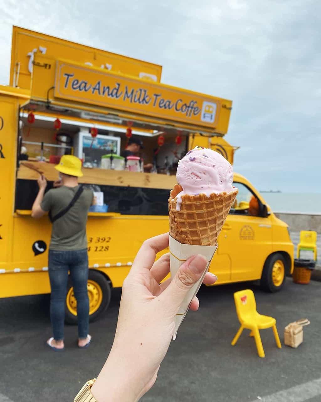 Thỏa thích nhâm nhi những chiếc kem siêu đáng yêu bên bờ biển. Hình: Facebook The Célia