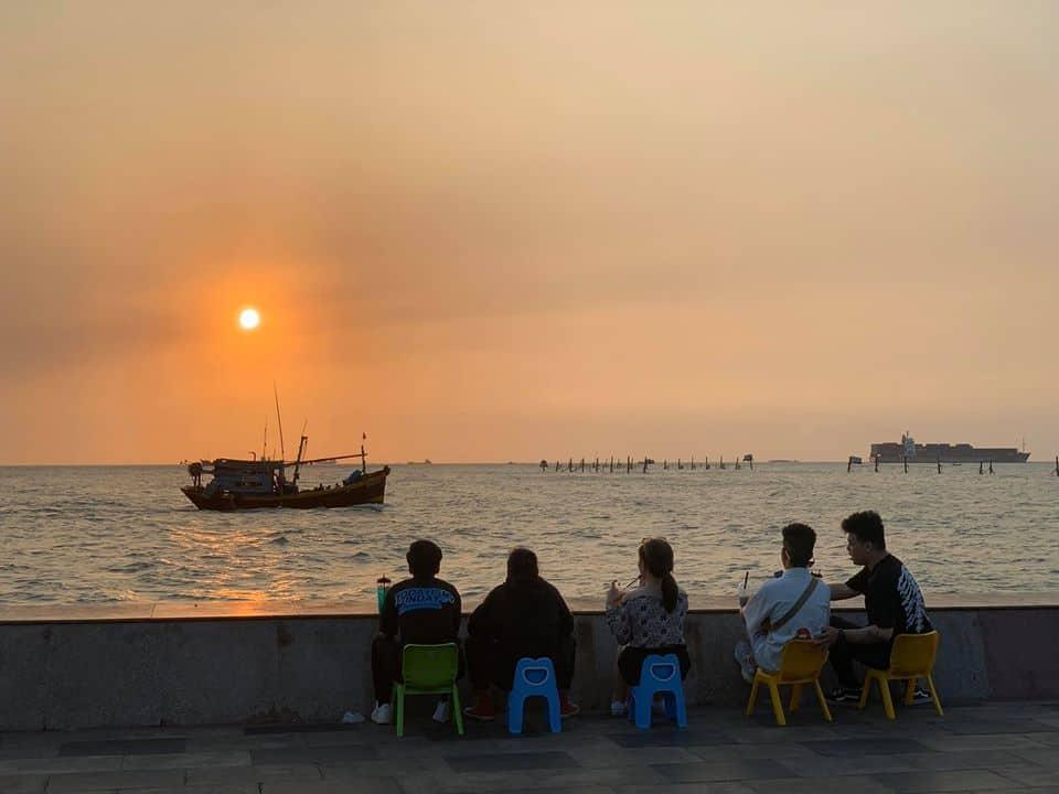 Bạn cũng có thể sử dụng những chiếc ghế nhỏ để ngồi ven biển như thế này nhé. Hình: Facebook The Célia
