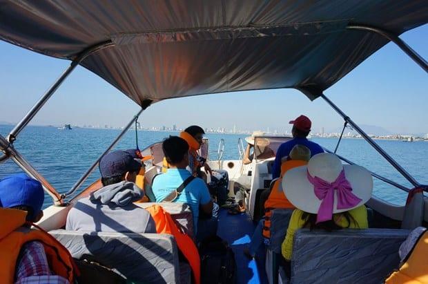 Trên tàu ra đến điểm lặn. Hình: Sưu tầm
