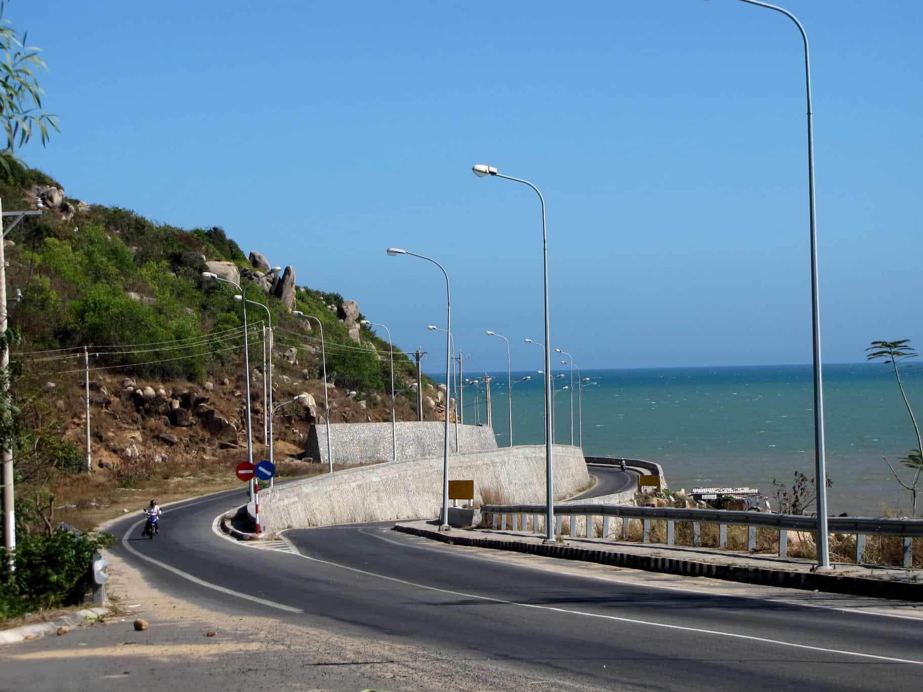 Cung đường uốn lượn ôm sát bờ biển dẫn đến Đèo Nước Ngọt Vũng Tàu - Nơi cảm nhận hương vị khoan khoái của gió biển