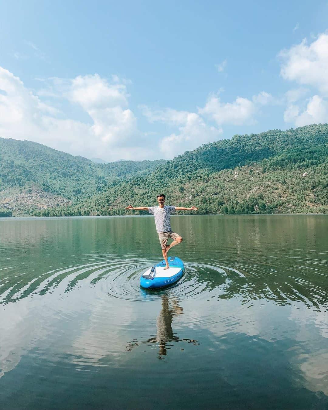 Thử thách chèo Sup giữa hồ. Hình: @hung_tran26