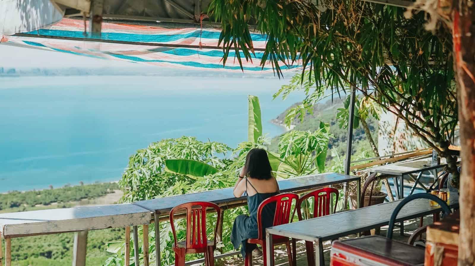 Quán cafe nhỏ ở Hòn đá Cụ Rùa. Hình: Hoàng Linh Hà