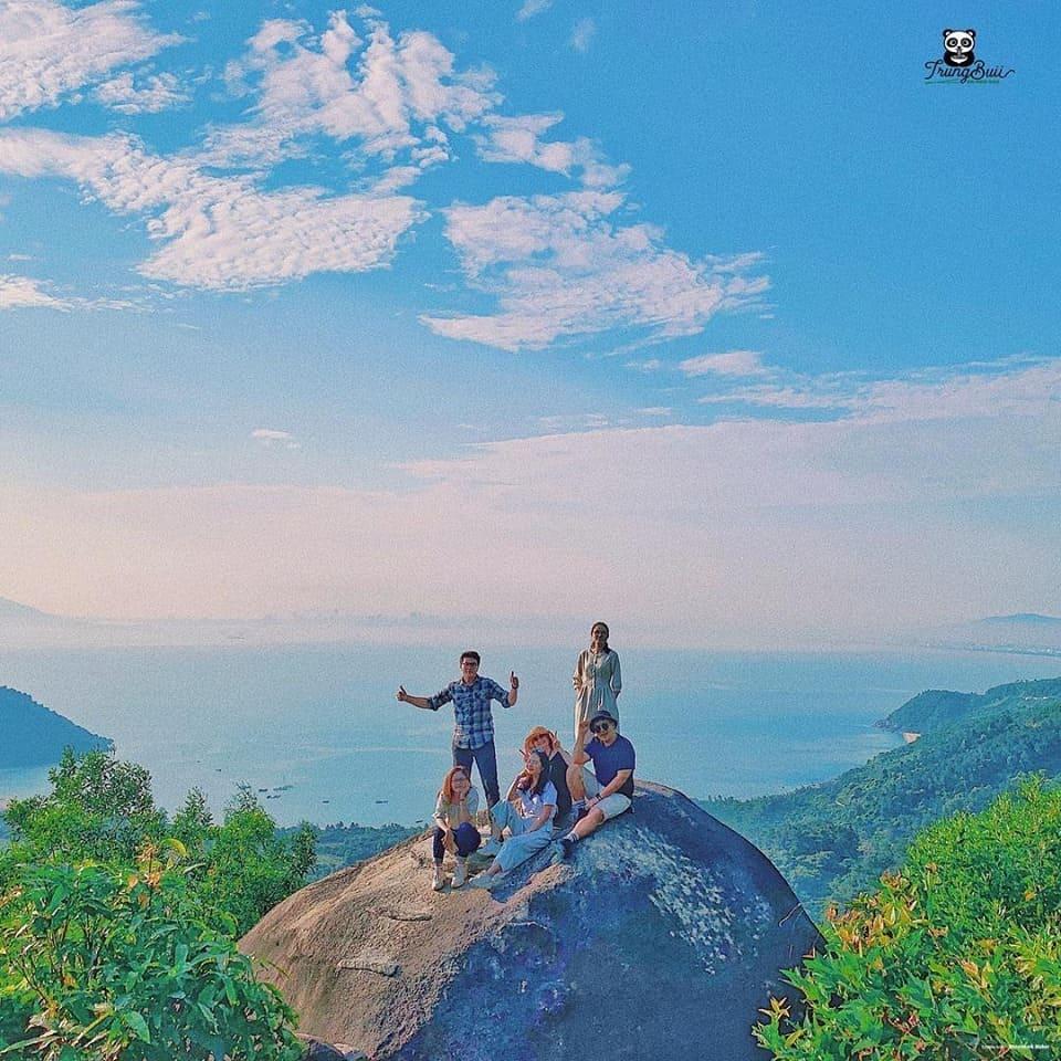 Hòn đá Cụ Rùa trên đèo Hải Vân. Hình: Trung Buii