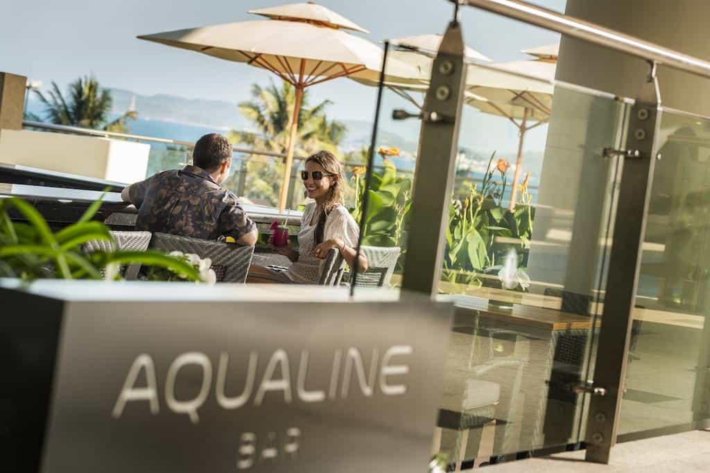 Quầy bar ngoài trời Aqualine Bar. Hình: InterContinental Nha Trang