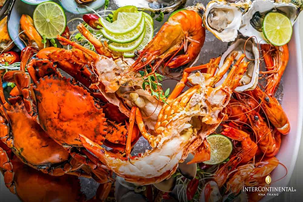 Hay những bữa tiệc buffet với vô số cá loại hải sản tươi ngon. Hình: InterContinental Nha Trang
