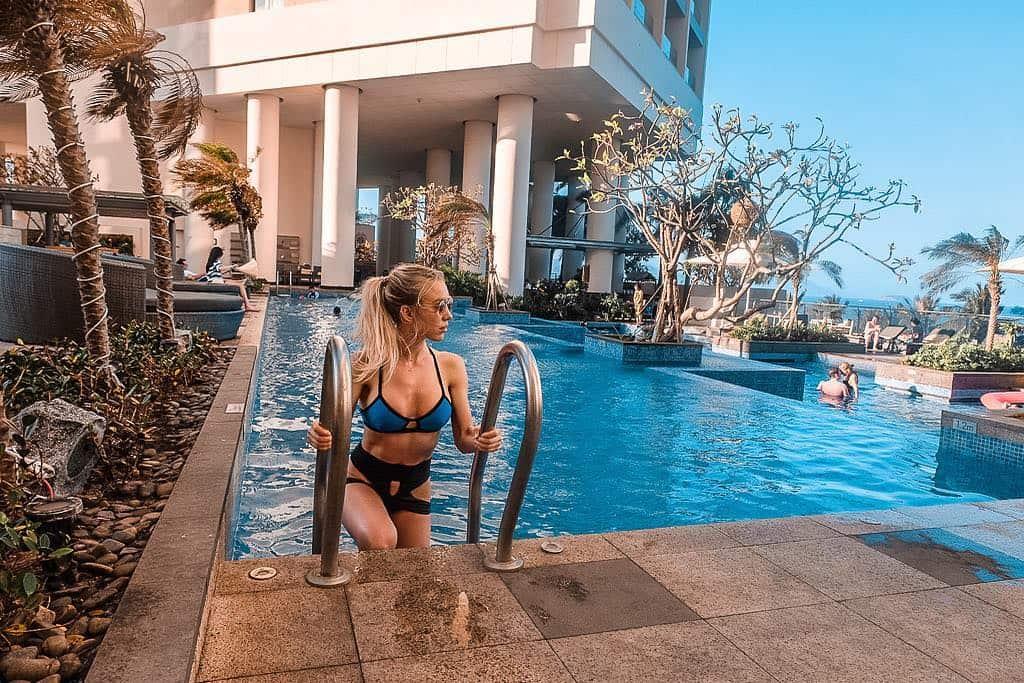 """Tự do thả dáng """"sang chảnh"""" tại bể bơi. Hình: Instagram @thatblondebikinigirl"""