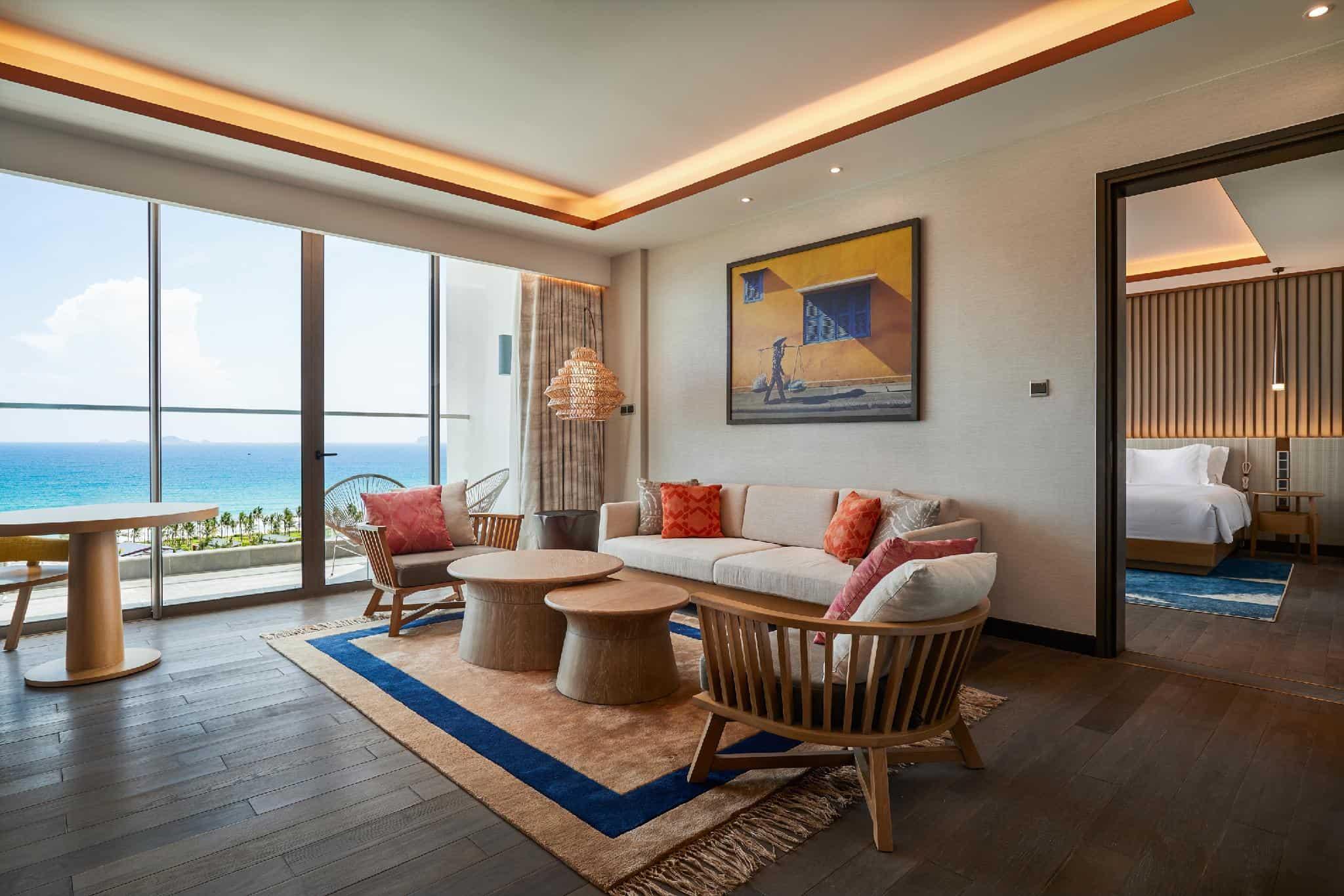Không gian sinh hoạt rộng rãi, yên tĩnh, tầm nhìn ra biển đầy tươi mát ở phòng Executive