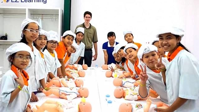 Ở giai đoạn 2 các bé được hóa thân vào những công việc có sự hướng dẫn của nhân viên