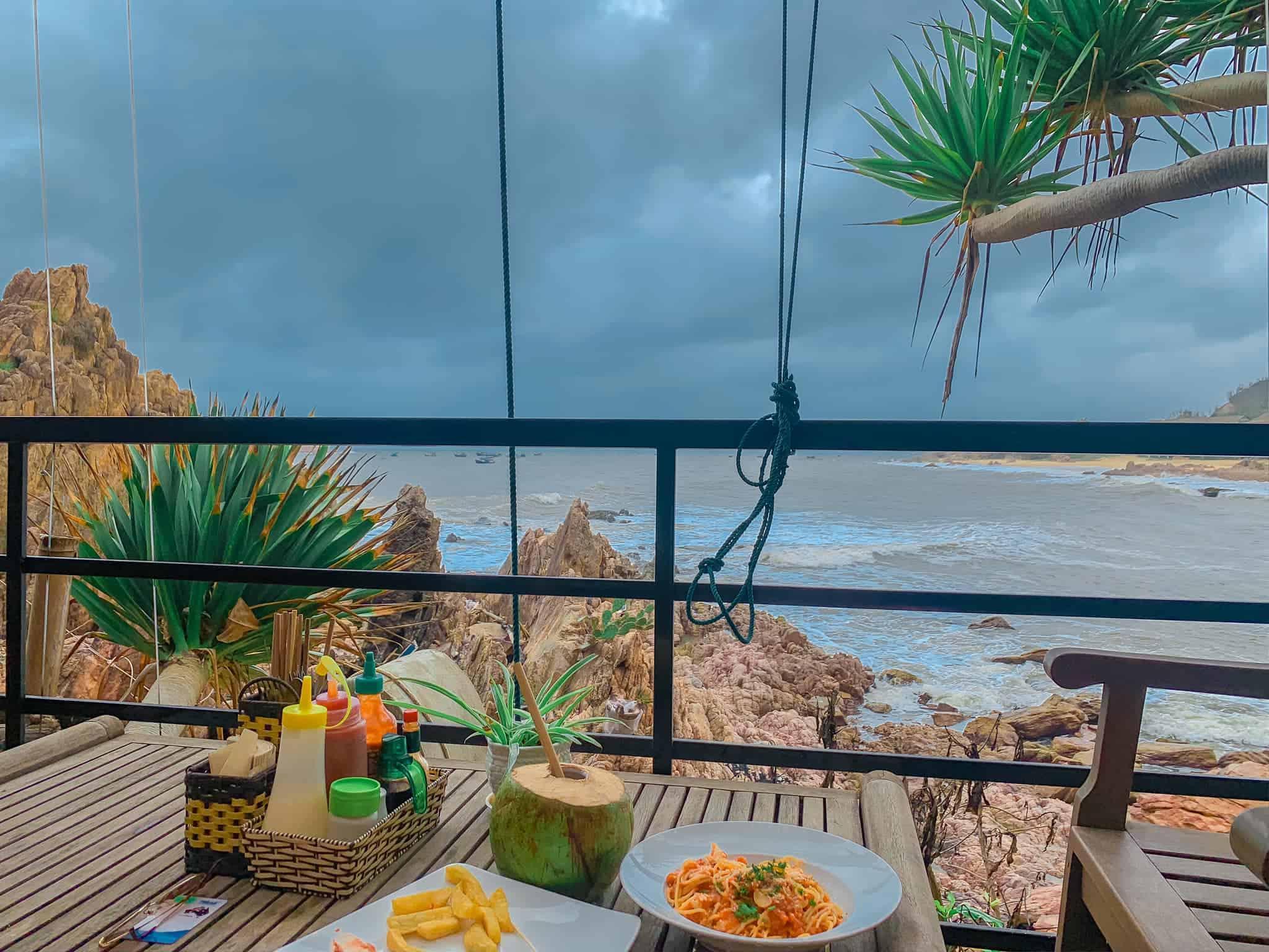 Thưởng thức bữa ăn giữa biển xanh mây trắng