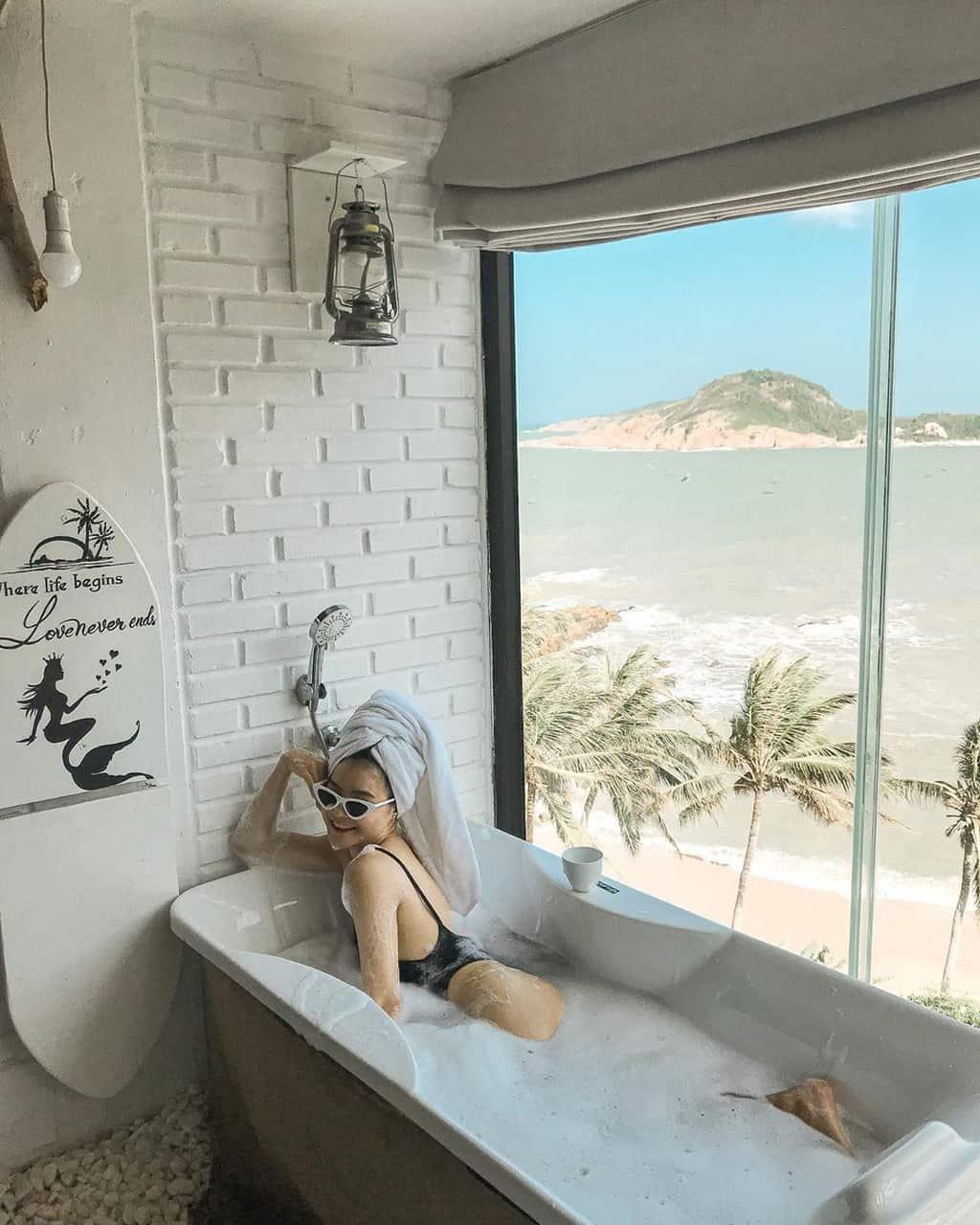 Vừa thư giãn trong bồn tắm vừa ngắm nhìn những con sóng trắng xóa đập vào bờ. Hình: Sưu tầm