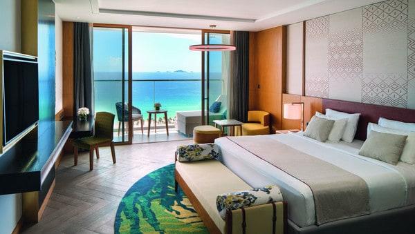 Góc nhìn ra biển từ phòng khách sạn với không gian rộng, cách bày trí sang trọng