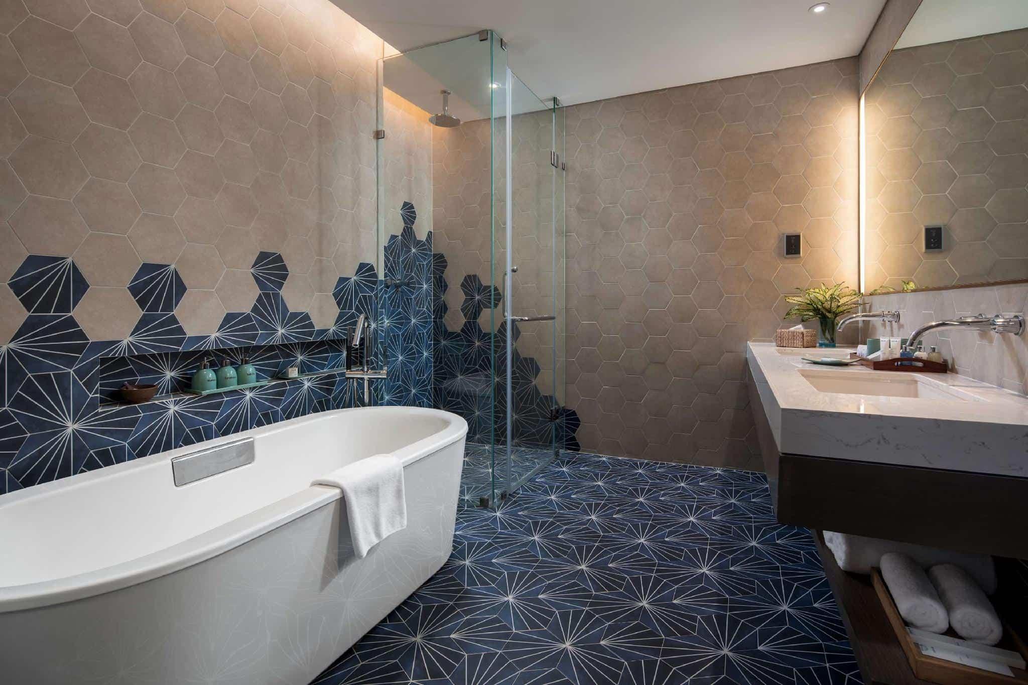 Phòng tắm bao gồm cả bồn tắm và vòi sen