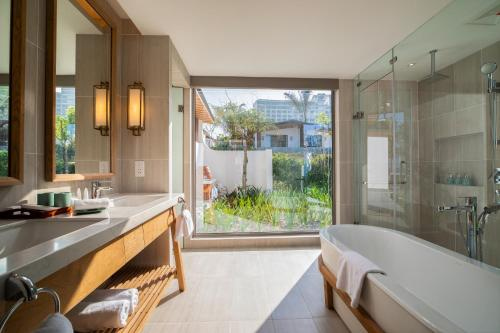 Phòng tắm với không gian rộng như đang tận hưởng sự thoải mái ở các Spa chuyên nghiệp
