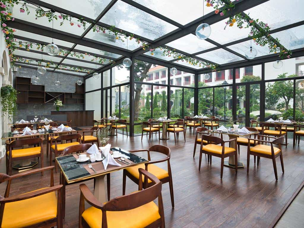 Nhà hàng được bao phủ bởi cây xanh