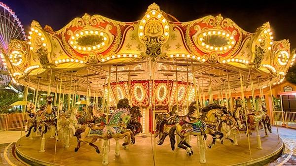 Vòng quay ngựa lung linh như đang quay về ký ức tuổi thơ