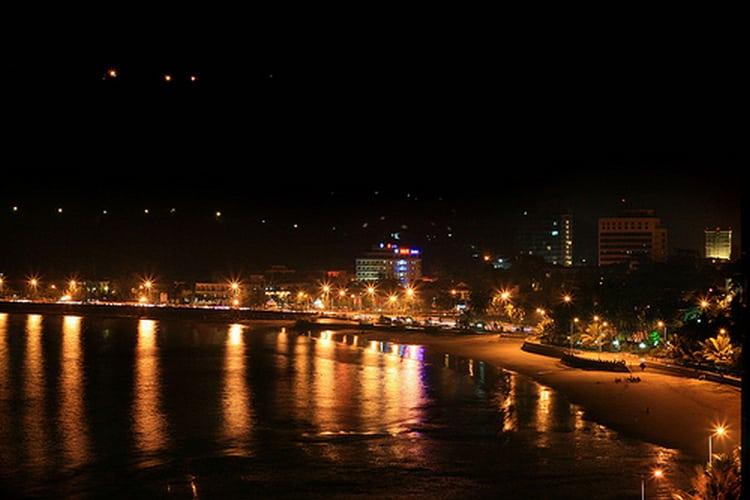 Ngắm biển đêm Vũng Tàu từ quảng trường bãi sau là sự lựa chọn cho cặp đôi yêu thích không khí náo nhiệt