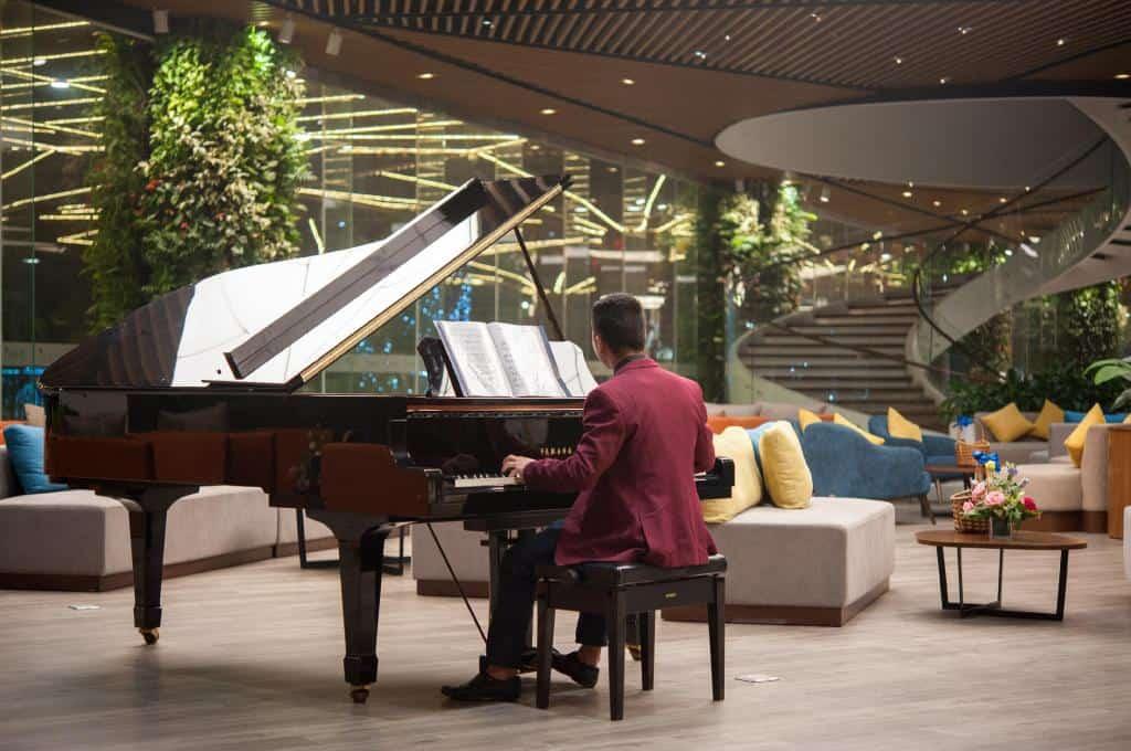 Piano bar là nơi du khách có thể hòa mình vào âm nhạc sống động và du dương.