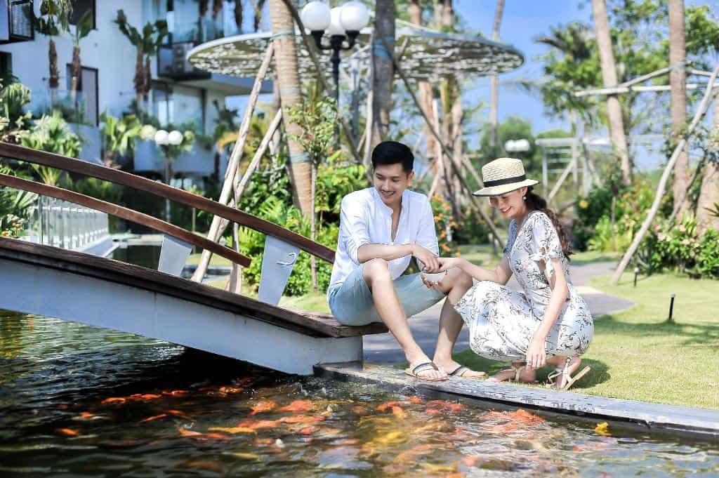 Hồ cá Koi làm tăng trải nghiệm chân thực cho du khách