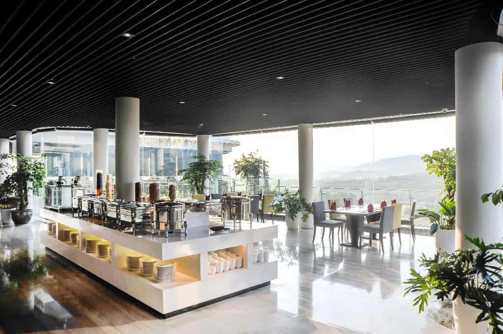 Du khách có nhiều lựa chọn với các nhà hàng tại Forest in the sky.