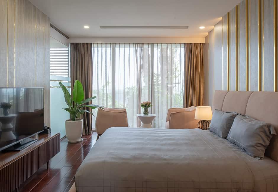 Phòng ngủ đầy tiện nghi, với khung cửa ngập nắng