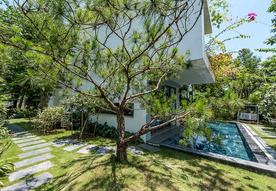 Biệt thự có không gia mở, xung quanh là cây cối xanh mát