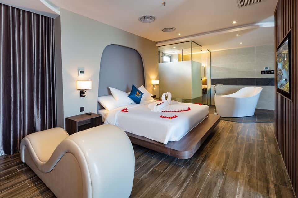 Phòng nghỉ được trang bị ghế tình yêu đáp ứng nhu cầu cho các cặp đôi