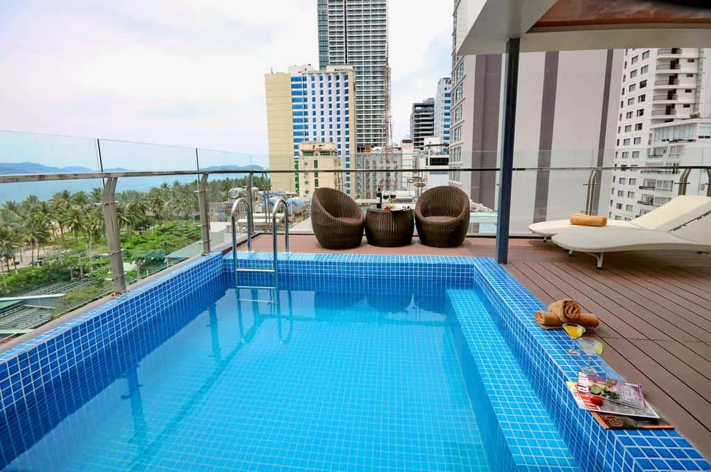 Khu hồ bơi nằm trên tầng cao nhất của khách sạn