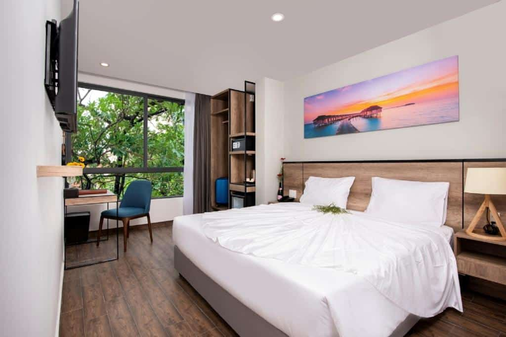 Phòng nghỉ đầy tiện nghi, thoáng mát bên trong khách sạn Golden Lotus Central Hotel