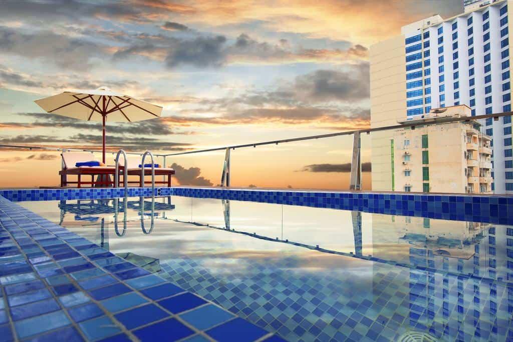Khung cảnh tuyệt đẹp ở bể bơi ngoài trời nằm trên tầng cao nhất