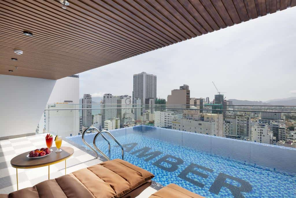 Khu bể bơi để du khách thoải mái tắm mát và sưởi nắng