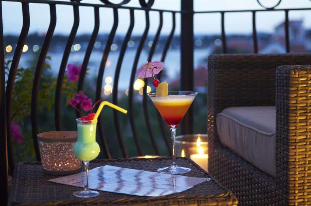 Thưởng thức đồ uống hấp dẫn cùng tầm nhìn tuyệt vời tại Quầy bar Jazz