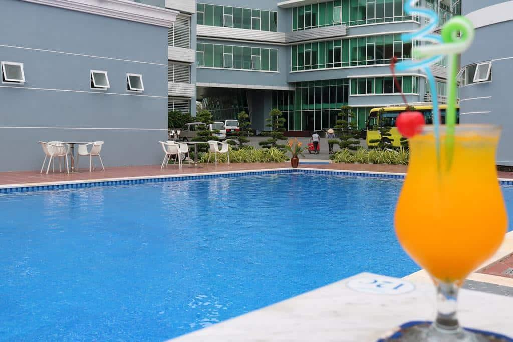 Vừa hòa mình vào làn nước vừa thưởng thức đồ uống tại khu bể bơi