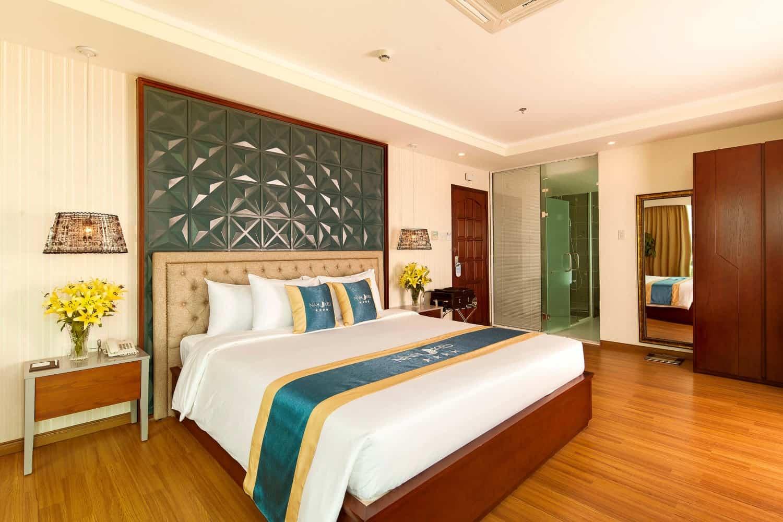 Không gian phòng ngủ sang trọng, tiện nghi và rộng rãi của khách sạn