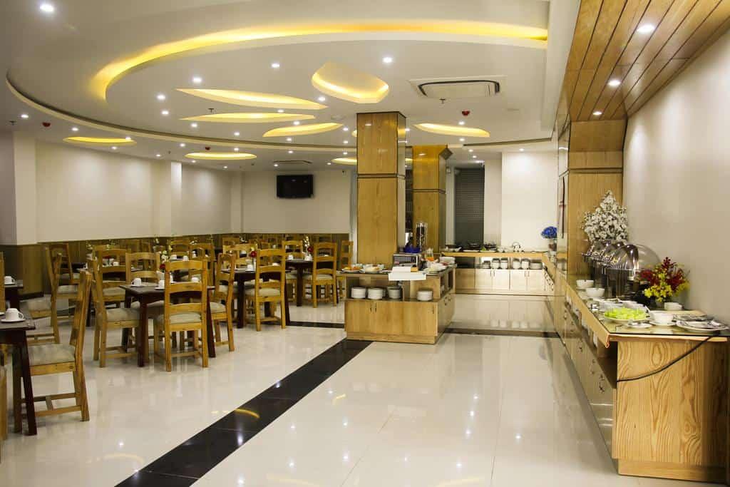 Nhà hàng rộng rãi chuyên phục vụ các bữa ăn tự chọn cho du khách