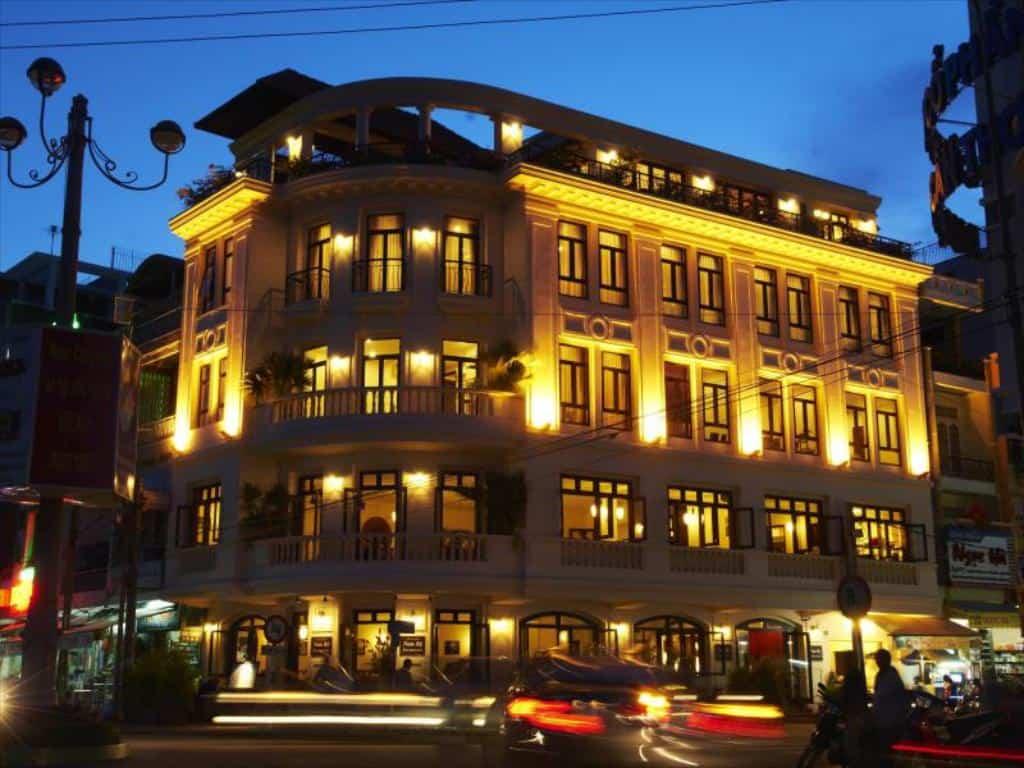Tòa nhà Nam Bộ Boutique Hotel với ánh đèn lung linh về đêm