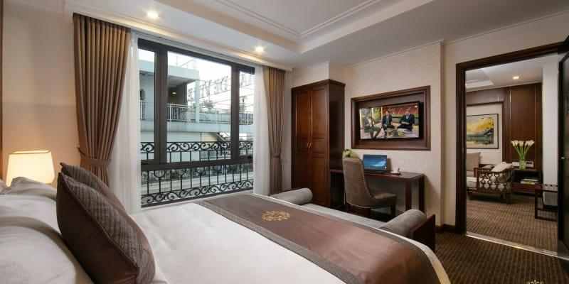 Phòng Royal Suite với đầy đủ không gian phòng khách, phòng ngủ tiện nghi
