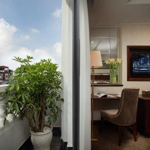 Ban công rộng giúp du khách ngắm nhìn quang cảnh trung tâm thủ đô