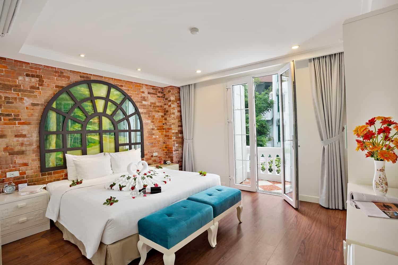 Phòng Suites thoáng sáng với ban công ngắm cảnh thành phố