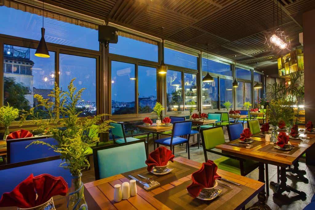 Không gian nhà hàng ấm áp và lãng mạn sẽ là địa điểm lý tưởng cho những cuộc hẹn của du khách