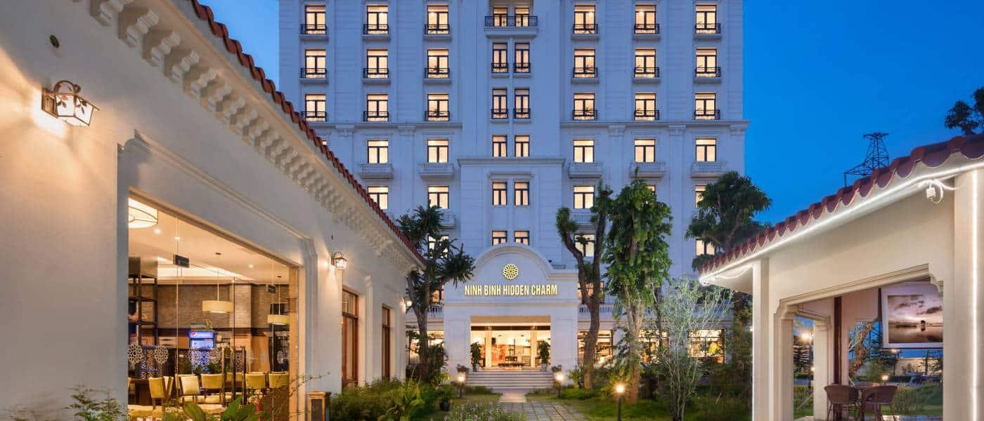 Gam màu trắng chủ đạo tạo nên vẻ thanh lịch và sang trọng cho khách sạn