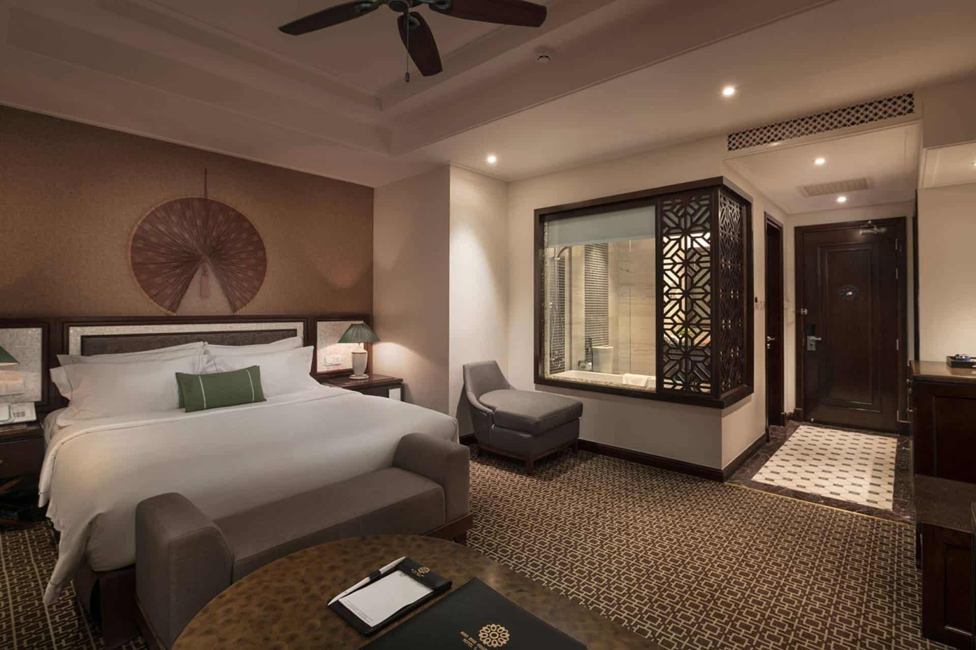 Chất liệu gỗ tự nhiên cùng tông màu trầm ấm là đặc trưng của tất cả các phòng nghỉ tại đây