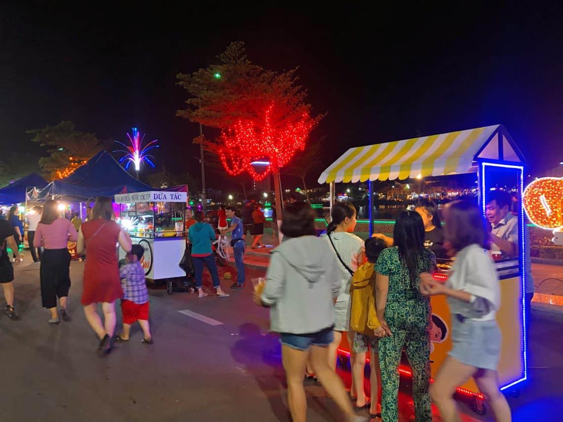Những hàng quán được bán dọc hai bên đường với nhiều loại thức uống và đồ ăn vặt - Nguồn ảnh: Internet