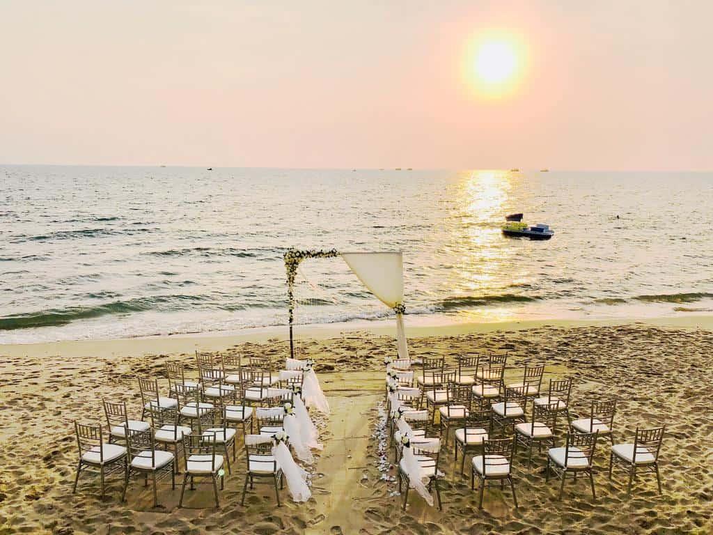 Không gian tiệc cưới được tổ chức ở sân khấu ngoài trời ngay trên bãi biển