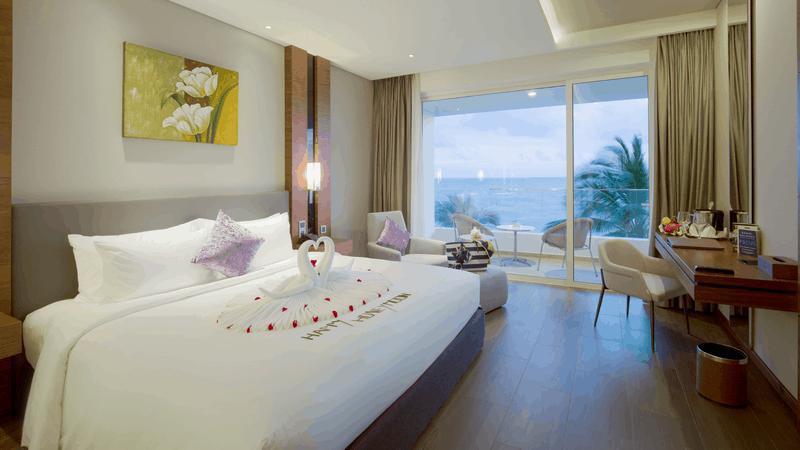 Phòng Classic Ocean View Room với ban công có tầm nhìn hướng biển rộng lớn