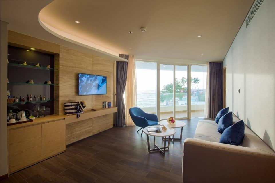 Phòng nghỉ với 2 phòng ngủ và phòng khách thoáng sáng